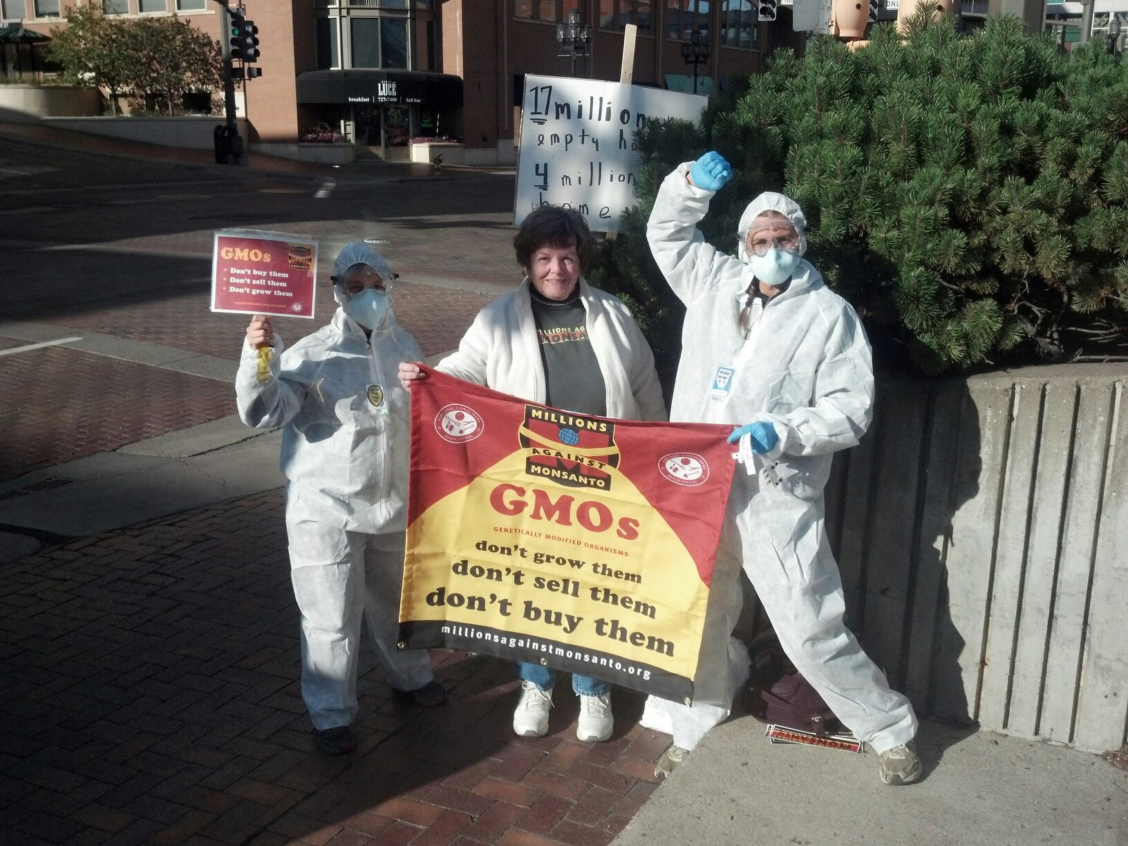 57018 10102404592569150 94692738 o INCIDENT REPORT: GCU Field Agents Find GMO Corn in Duluth, Minnesota Protest Organic Consumers Association MN Minnesota gmo GCU Duluth Demonstration Decontamination Event Corn