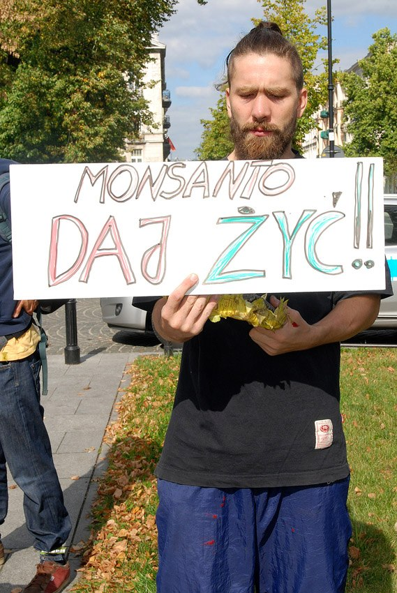 occupy monsanto warsaw10 INCIDENT REPORT: Photos & Video from outside of the U.S. Embassy in Warsaw, Poland youtube Warszawie Warsaw Protest Polish Poland Pikieta Picket Monsanto Lobbying Free Speech English dyplomacji diplomacy Demonstration Decontamination Event amerykańskiej ambasadą USSA
