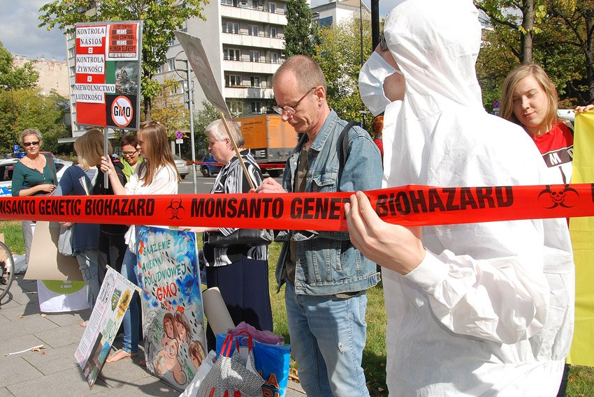 occupy monsanto warsaw15 INCIDENT REPORT: Photos & Video from outside of the U.S. Embassy in Warsaw, Poland youtube Warszawie Warsaw Protest Polish Poland Pikieta Picket Monsanto Lobbying Free Speech English dyplomacji diplomacy Demonstration Decontamination Event amerykańskiej ambasadą USSA