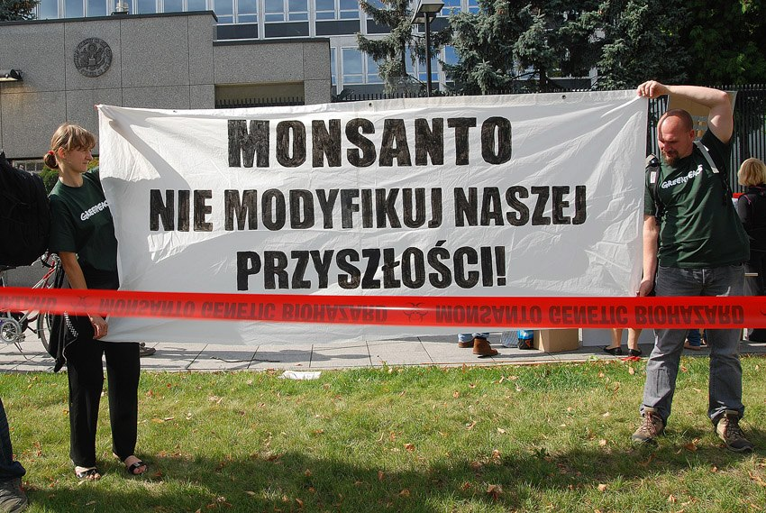 occupy monsanto warsaw2 INCIDENT REPORT: Photos & Video from outside of the U.S. Embassy in Warsaw, Poland youtube Warszawie Warsaw Protest Polish Poland Pikieta Picket Monsanto Lobbying Free Speech English dyplomacji diplomacy Demonstration Decontamination Event amerykańskiej ambasadą USSA