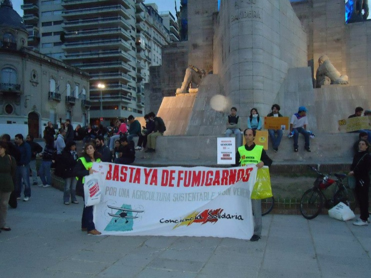 occupy monsanto rosario2 INCIDENT REPORT: Photos of GCU Field Agents in Rosario, Argentina Rosario Protest Occupy Monsanto National Flag Memorial Monumento a la Bandera Manifestación Demonstration Argentina